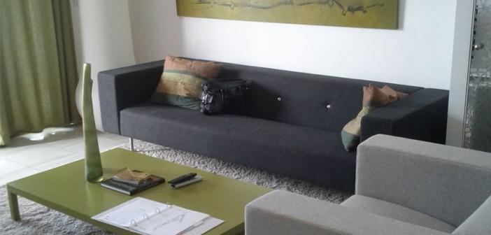 Wohnzimmer mit Polstermöbeln und Teppich