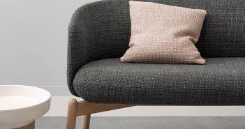 graues Sofa mit rosa Kissen