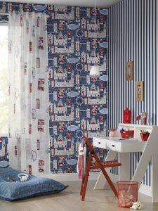 Blaue Kinder-Tapete und weiße Vorhänge mit Londoner Sehenswürdigkeiten