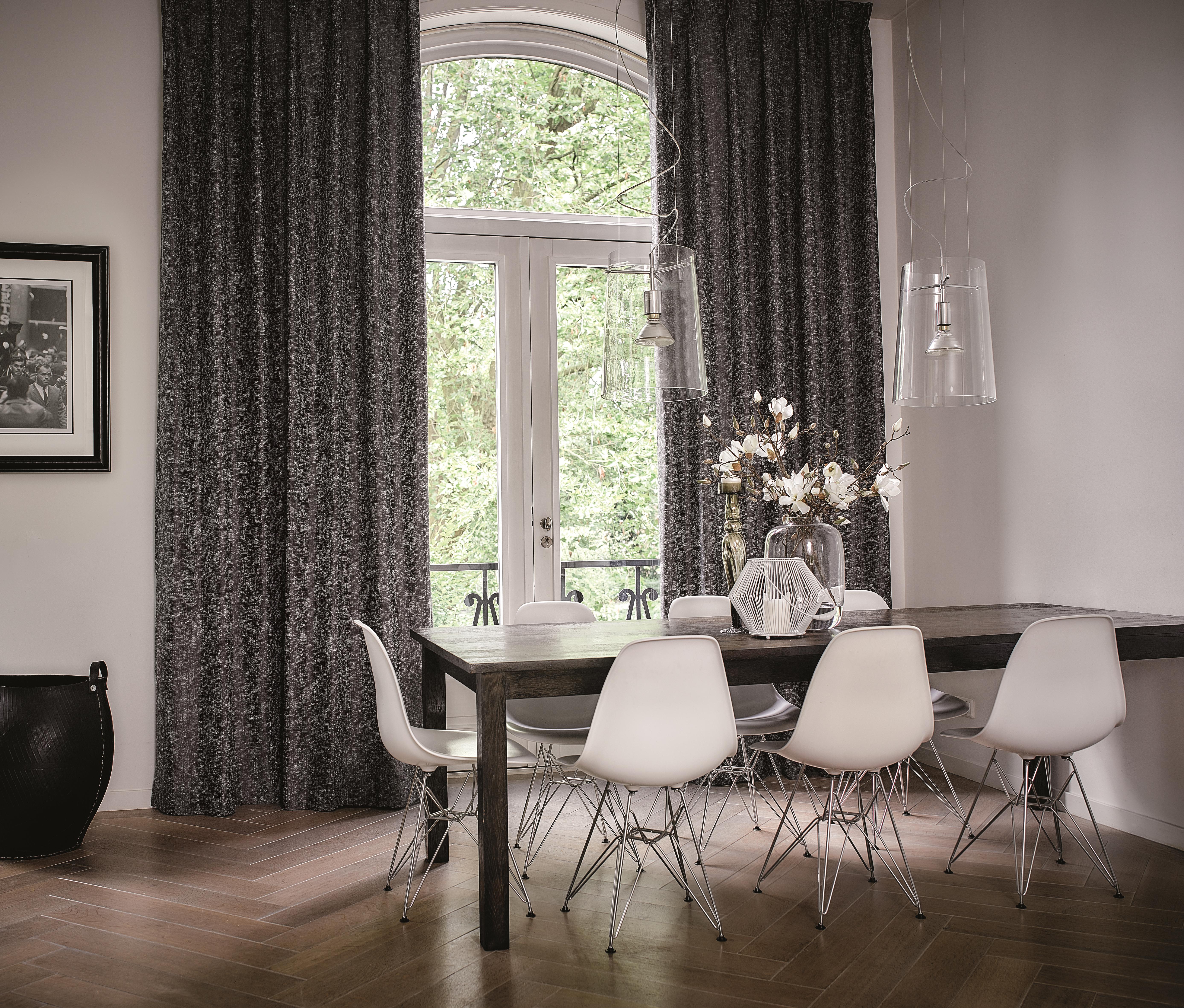 Schön Esstisch Eames Chair. Foto: Kobe #GibDirStoff. Esstisch Weiß Mit Blauer  Blumentapete