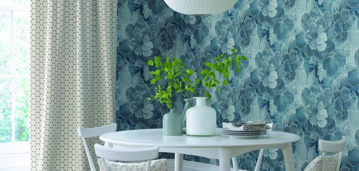 Esstisch weiß mit blauer Blumentapete