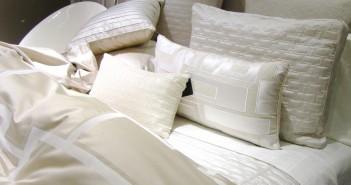 Eine gute Matratze und schöne Bettwäsche sorgen für guten Schlaf © Rainer Sturm / pixelio.de