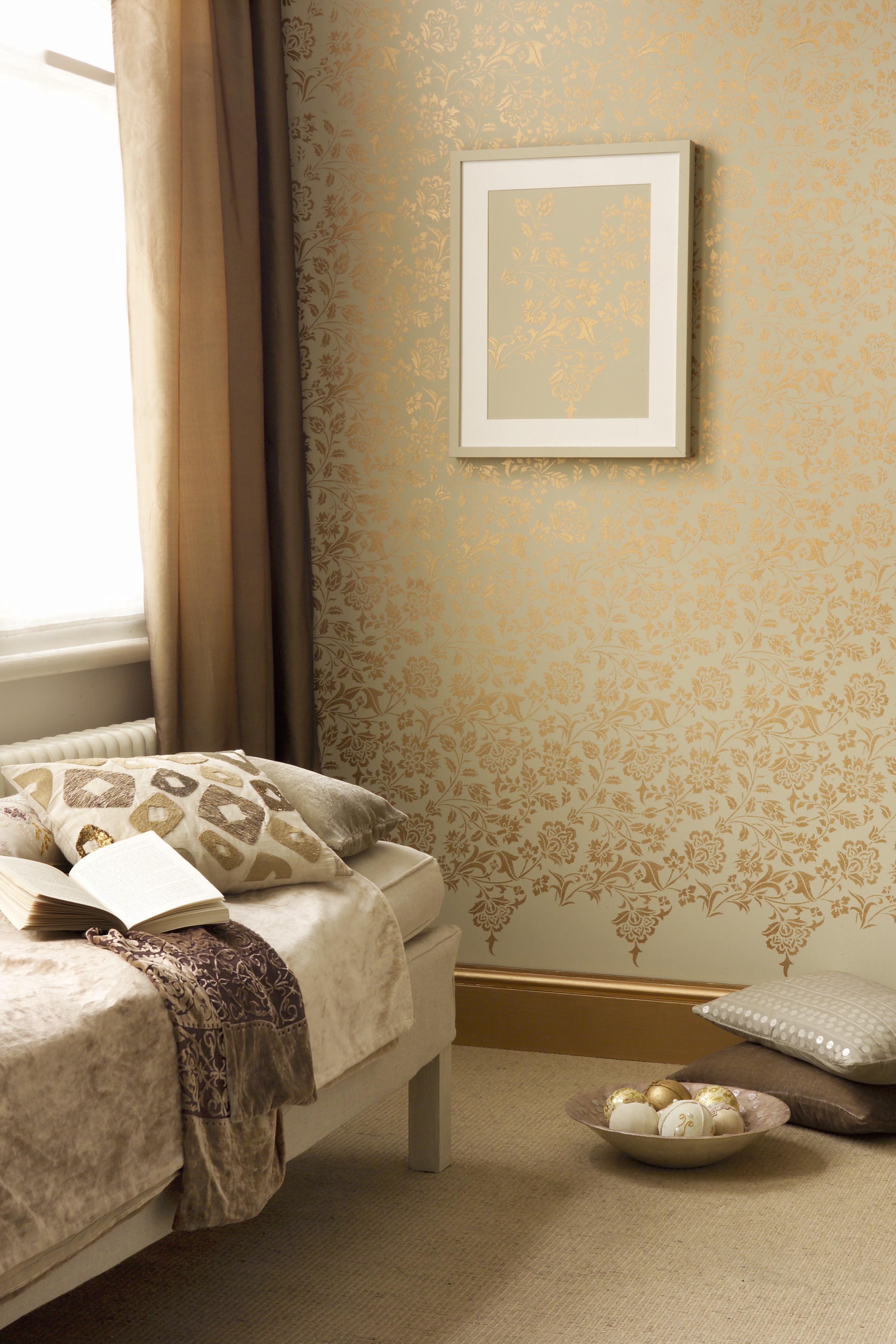 glamour s golden touch. Black Bedroom Furniture Sets. Home Design Ideas