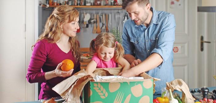 Familie packt die Kochbox aus © Kochzauber