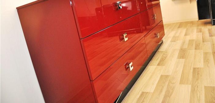 Antikes Sideboard in leuchtendem rot ©OAM