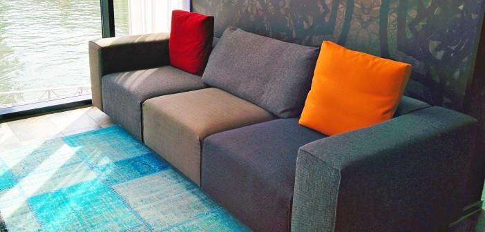 graues Sofa mit bunten Kissen