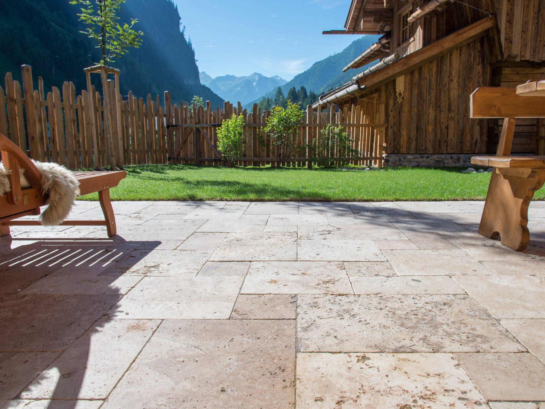 Terrasse mit Ausblick und Travertin Rustic