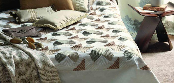 Bett mit Tagesdecke