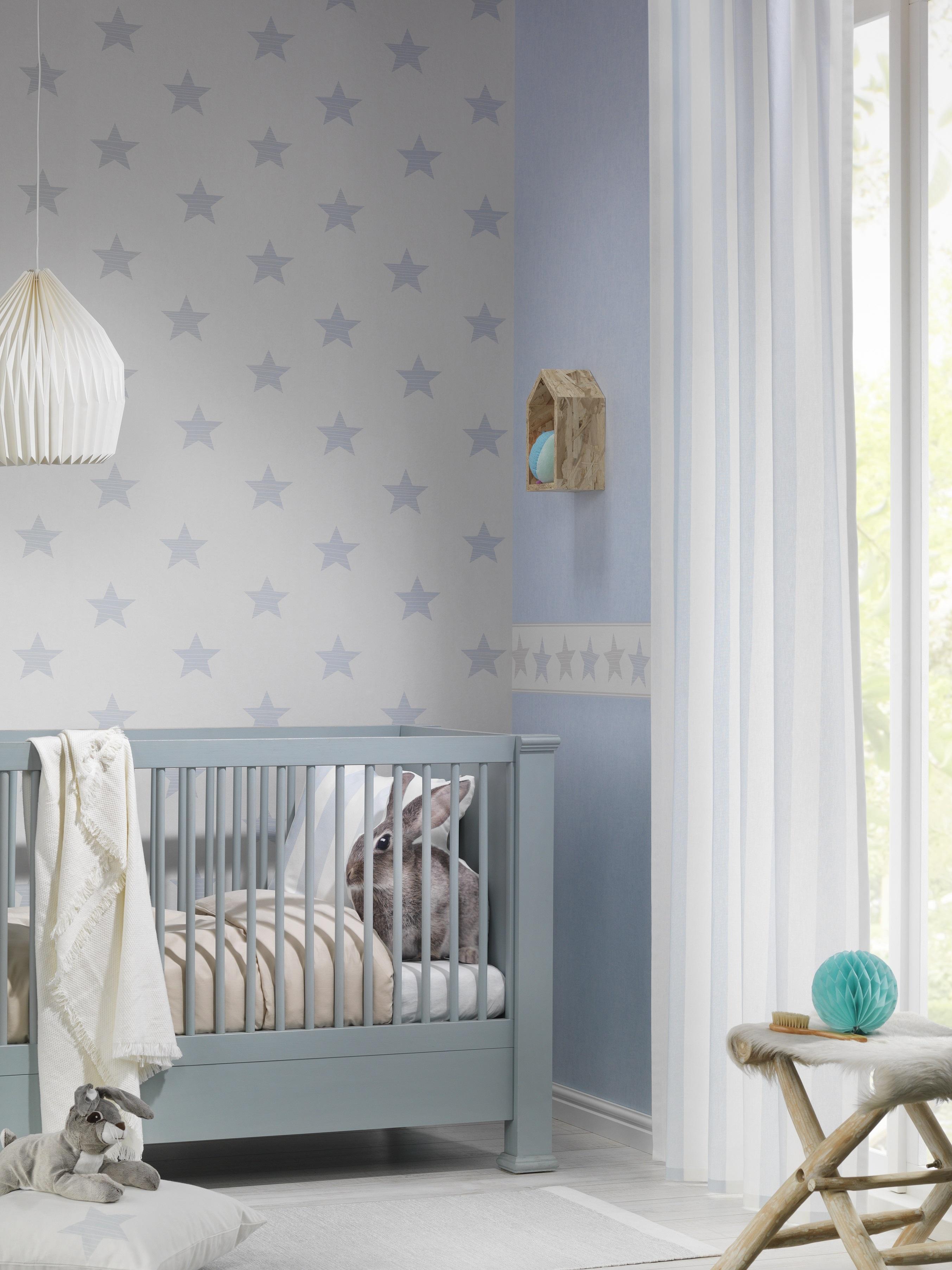 Kinderzimmer mit weiß-grauer Sternchentapete