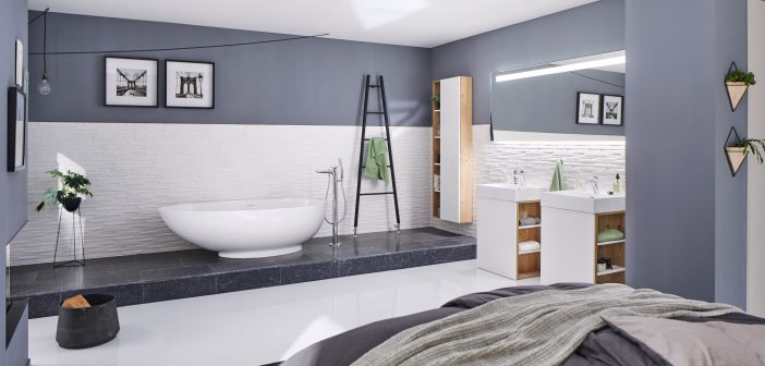 """Freistehende Badewanne """"Campione"""" aus Mineralguss in edlem Schlafzimmer auf einem Sockel."""