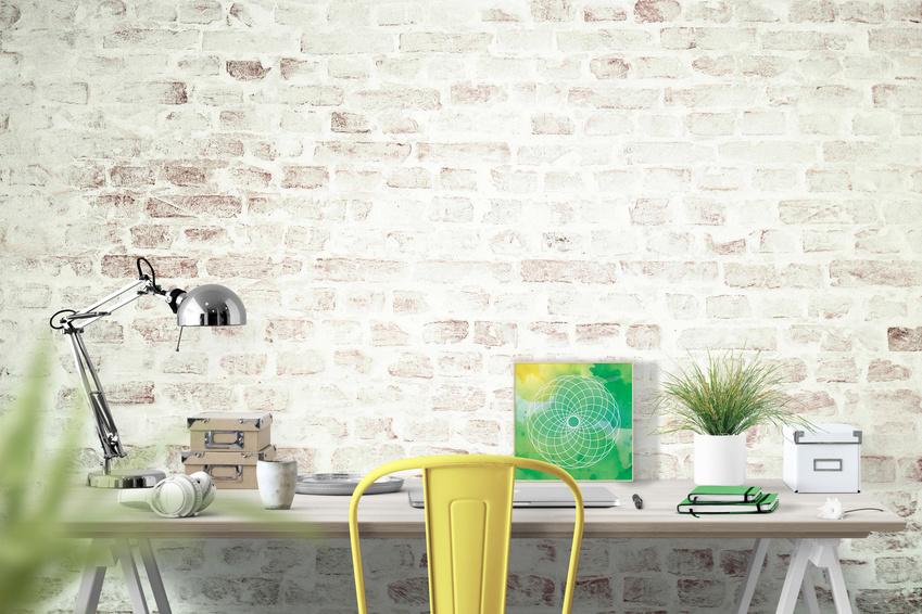 Schreibtisch mit gelbem Stuhl