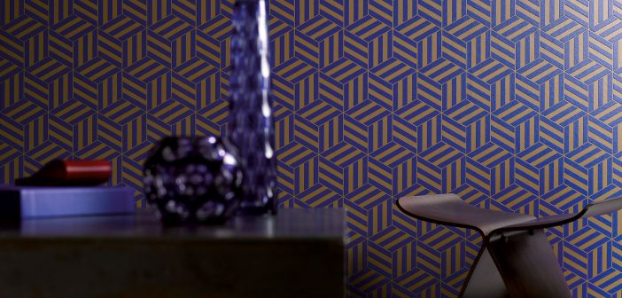 Tapete mit grafischem Muster blau und gold