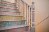 Bunt lackierte Treppenstufen