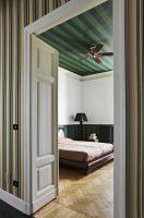 hell und dunkelgrün gestreifte Zimmerdecke