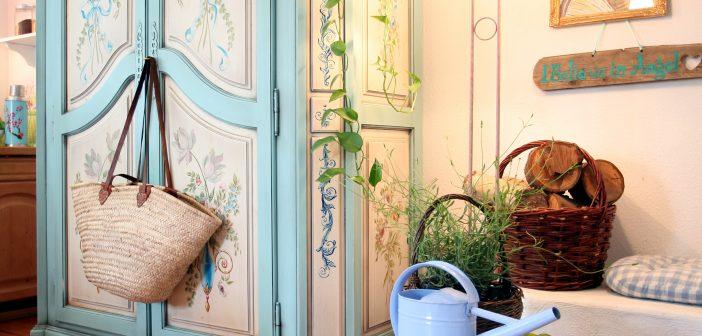 Wie Sie Vintage-Schränke im Flur perfekt in Szene setzen – eine Schritt-für-Schritt Anleitung für das Styling von antiken Schätzen und Retro-Möbeln